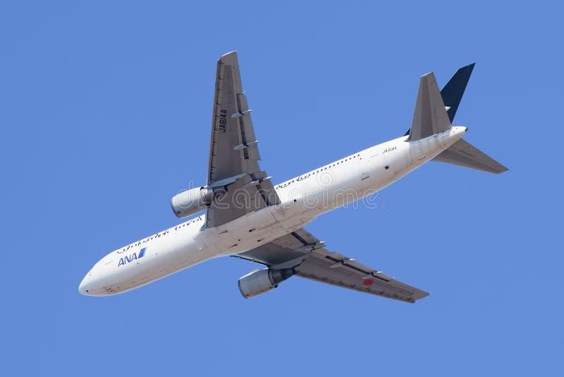 All Nippon Airways JA614A Boeing 767-300 no ar, Pequim, China imagens de stock