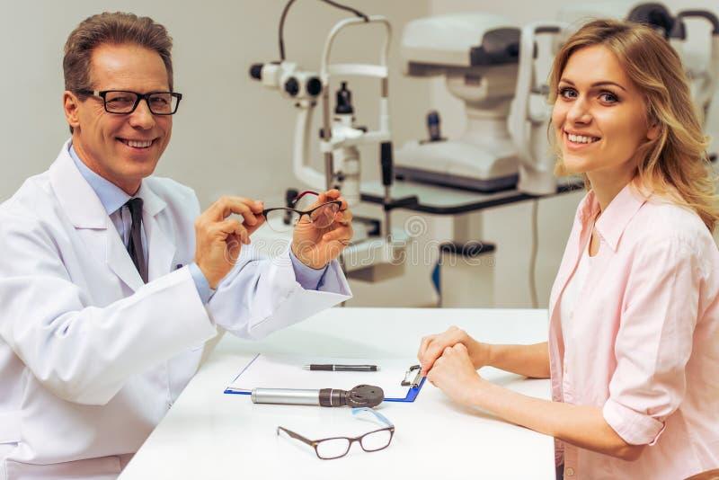 All'oftalmologo immagine stock