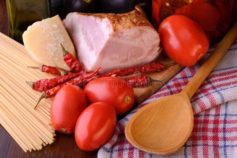 All& real x27 de los espaguetis; Ingredientes de Amatriciana fotos de archivo libres de regalías