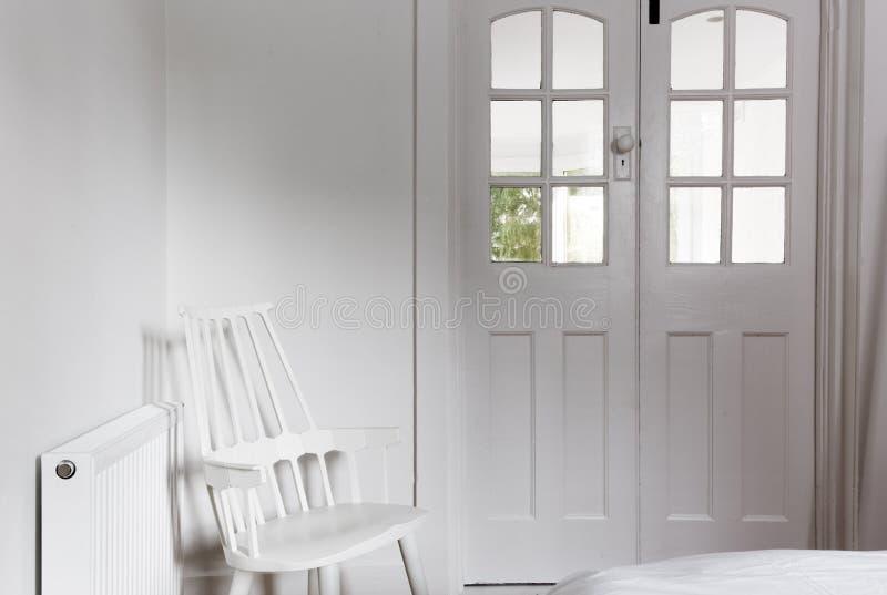 All vit inre och dekor i gulligt gästsovrum arkivfoton
