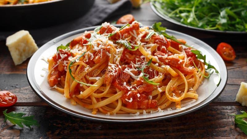 Alla Amatriciana спагетти с беконом pancetta, томатами и сыром pecorino стоковое фото rf