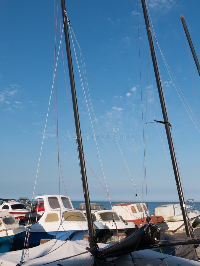 Alla costa con le barche a vela immagine stock
