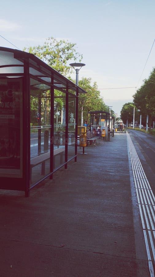 Alla fermata dell'autobus fotografia stock libera da diritti