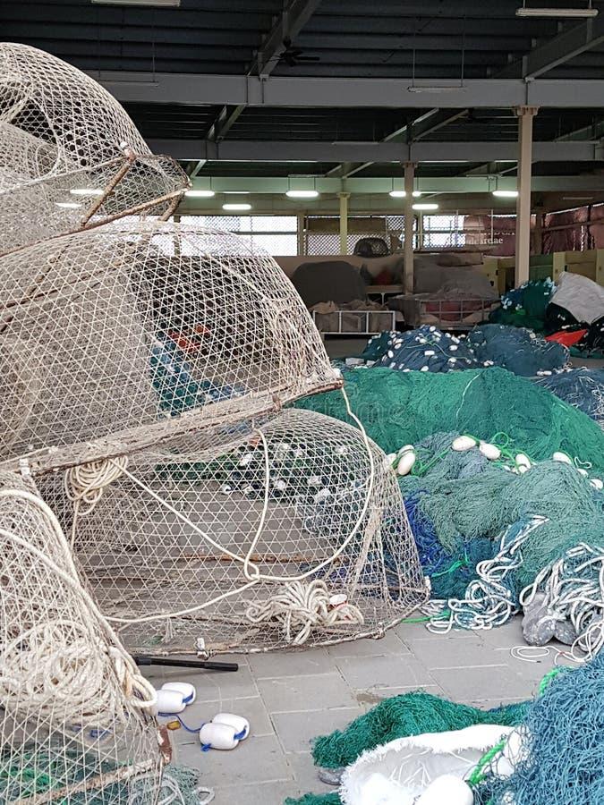 Alla fisknät, hummerkrukor och flöten, får prepred för dagarbetet på havet royaltyfri fotografi