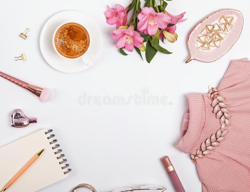 Alla moda impallidisca accessori e fiori femminili rosa fotografia stock