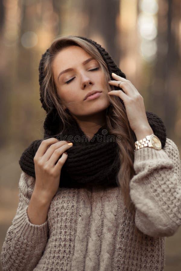 Alla moda, ragazza bella posando, di stordimento, attraente e molto sensuale, con i cercatori eleganti chiusi vicino al fronte pe fotografia stock libera da diritti