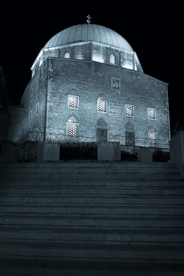 Alla notte in una città medioevale immagine stock