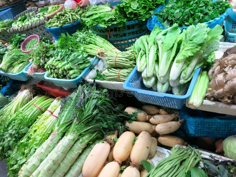 Alla sorter av grönsaker på marknaden arkivbild