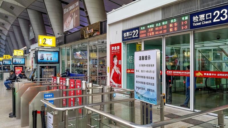 Alla stazione ferroviaria del sud di Pechino Beijingnan, la Cina fotografie stock