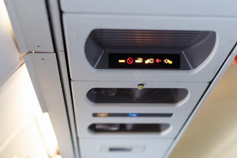 Allacciare la cintura di sicurezza e non far fumare l'aereo cabina di pilotaggio interna DOF poco profonda fotografie stock libere da diritti