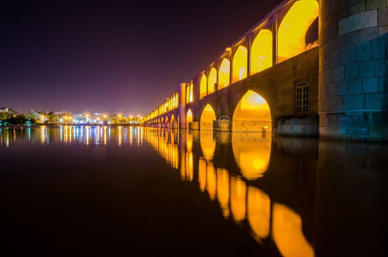 Allahverdi Khan Bridge, conocido como Si-o-SE-pol?tico es el puente hist?rico m?s grande en el r?o Zayanderud fotografía de archivo libre de regalías