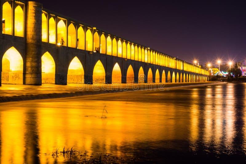 Allahverdi Khan Bridge, conocido como Si-o-SE-pol?tico es el puente hist?rico m?s grande en el r?o Zayanderud imagen de archivo libre de regalías