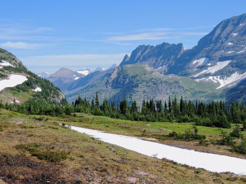 Allant à la route de Sun, vue du paysage, champs de neige en parc national de glacier autour de Logan Pass, lac caché, traînée de photo stock