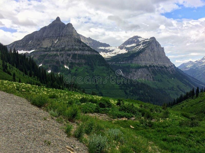 Allant à la route de Sun, vue du paysage, champs de neige en parc national de glacier autour de Logan Pass, lac caché, traînée de photo libre de droits