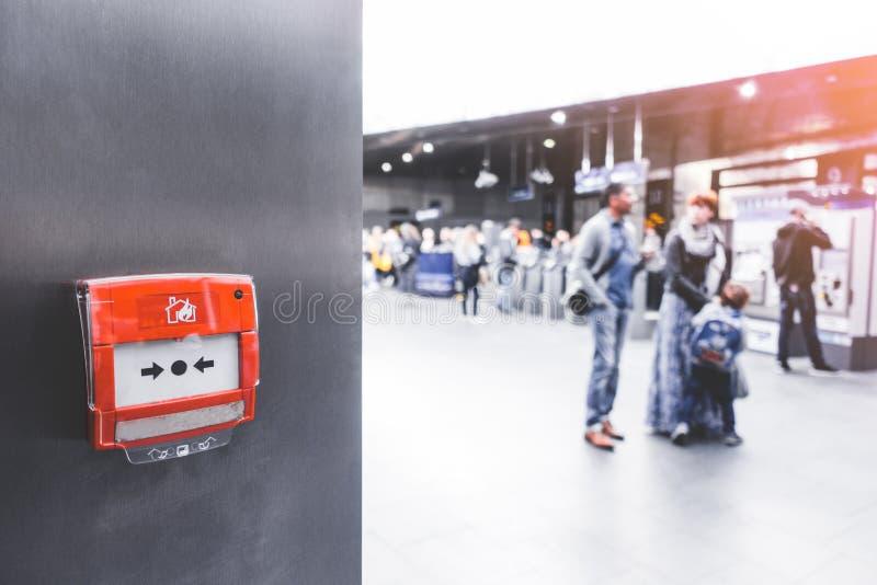 Allarme antincendio per l'emergenza sulla parete in stazione ferroviaria, sottopassaggio o metropolitana alla stazione ferroviari fotografia stock