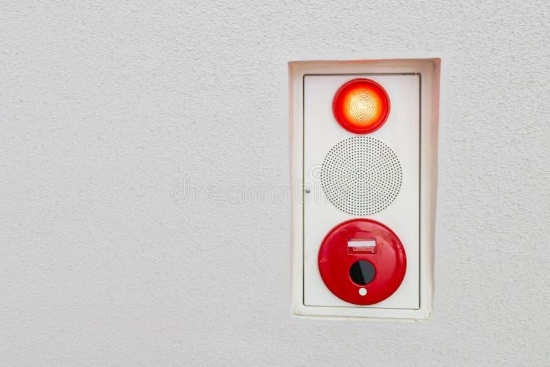 Allarme antincendio sulla segnaletica di sicurezza della parete fotografia stock
