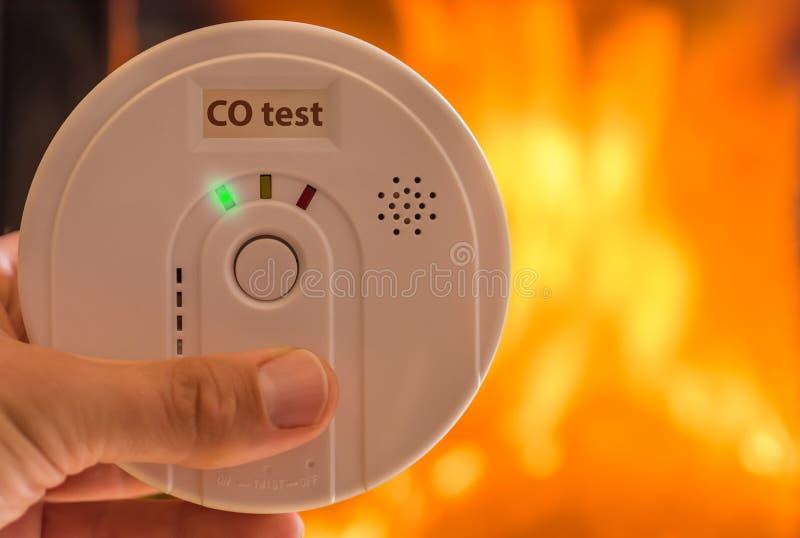 Allarme del monossido di carbonio nell'aria per le stanze riscaldate dalle stufe e dai camini fotografia stock