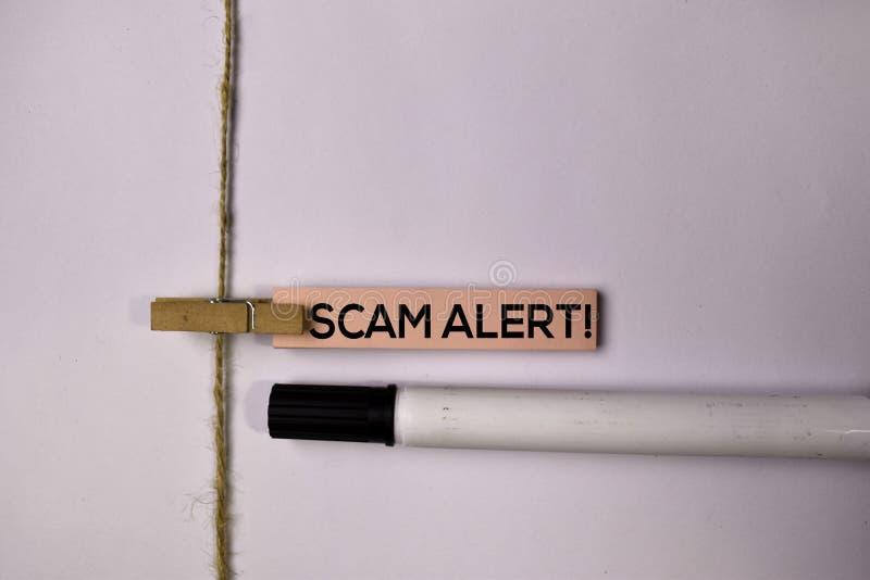 Allarme di Scam! sulle note appiccicose isolate su fondo bianco fotografia stock