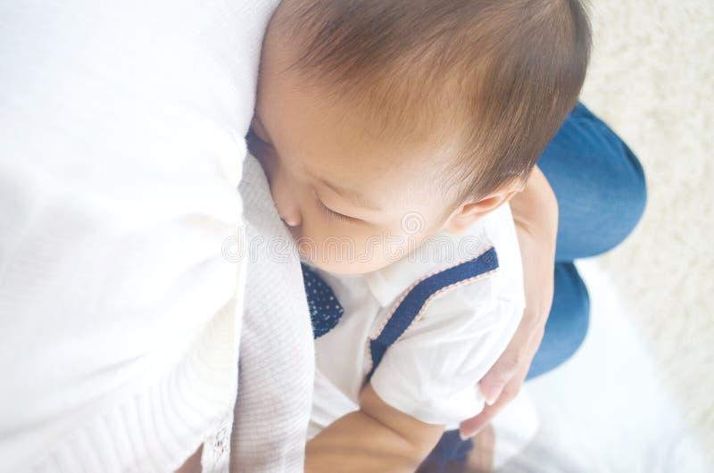 Allattamento al seno asiatico della madre fotografia stock libera da diritti