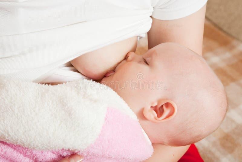 Allattamento al seno del bambino fotografia stock libera da diritti