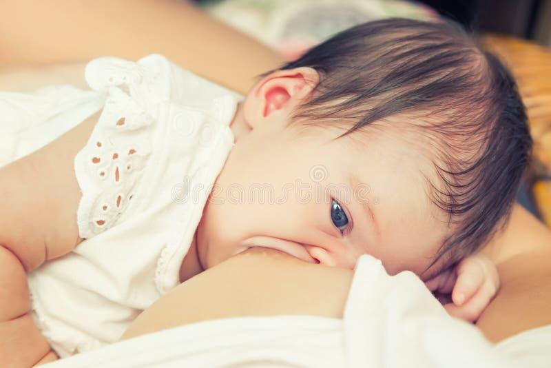 Allattamento al seno dell'infante fotografie stock libere da diritti