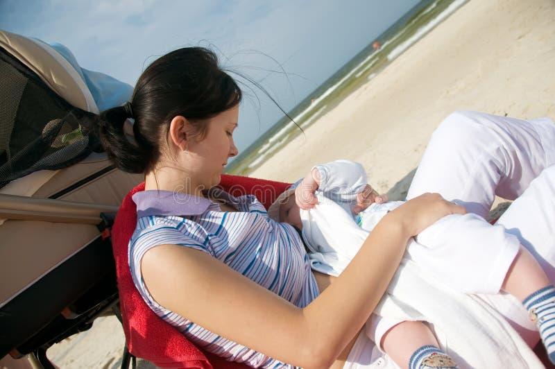 Allattamento al seno della spiaggia fotografie stock