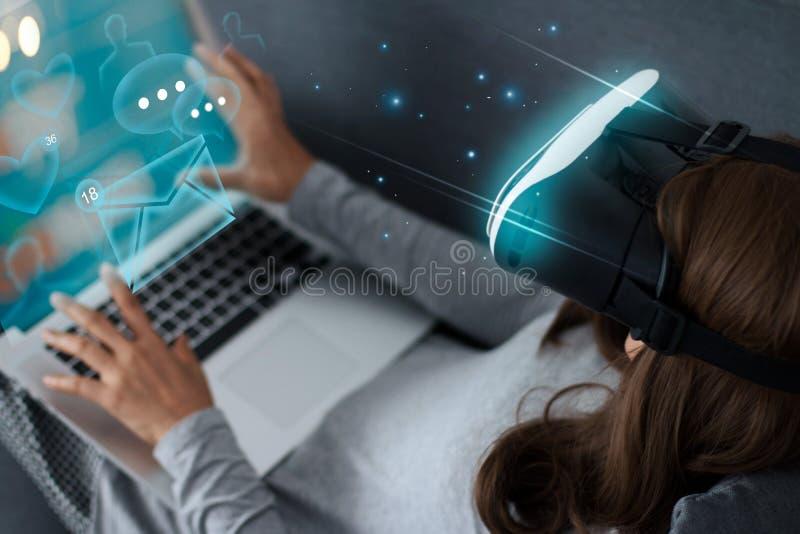 Alle auf weißem Hintergrund Zukünftige Technologieinnovation stockbilder