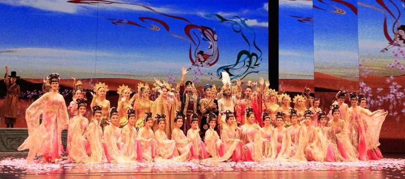 Alle Dansers van Dansdrama dat in het Grote Theater van Dunhuang, China wordt gespeeld royalty-vrije stock afbeelding
