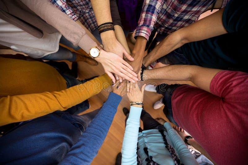Alle handen samen, rassengelijkheid in team stock fotografie