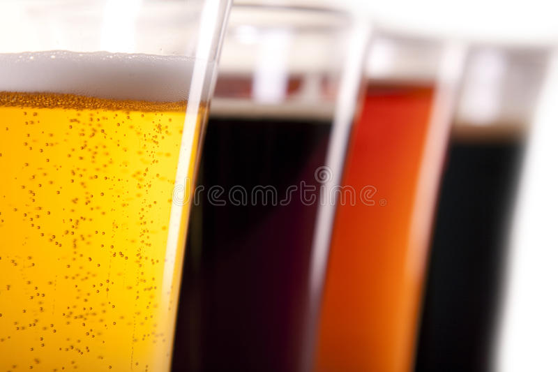 Alle kleuren van bier stock afbeelding