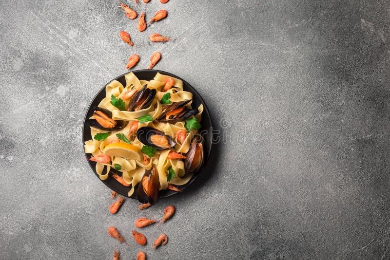 与蛤蜊意粉alle Vongole的传统意大利海鲜面团在石背景用虾和淡菜 库存图片