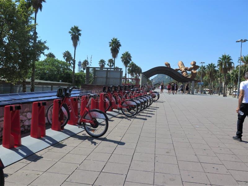 Allee Barcelona mit Touristen und Palmen stockbild