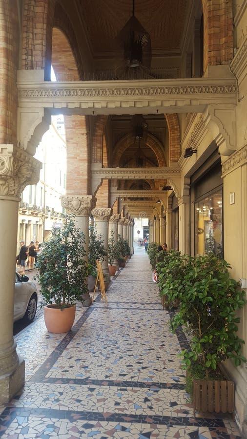 Allee von Geschäften in Treviso stockbild