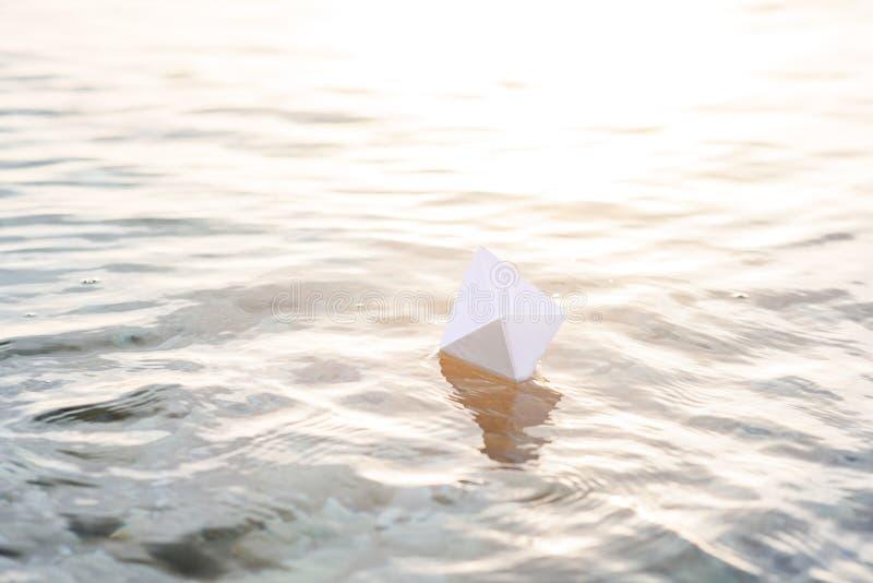 Alleen document bootvlotters op het water bij zonsondergang stock fotografie