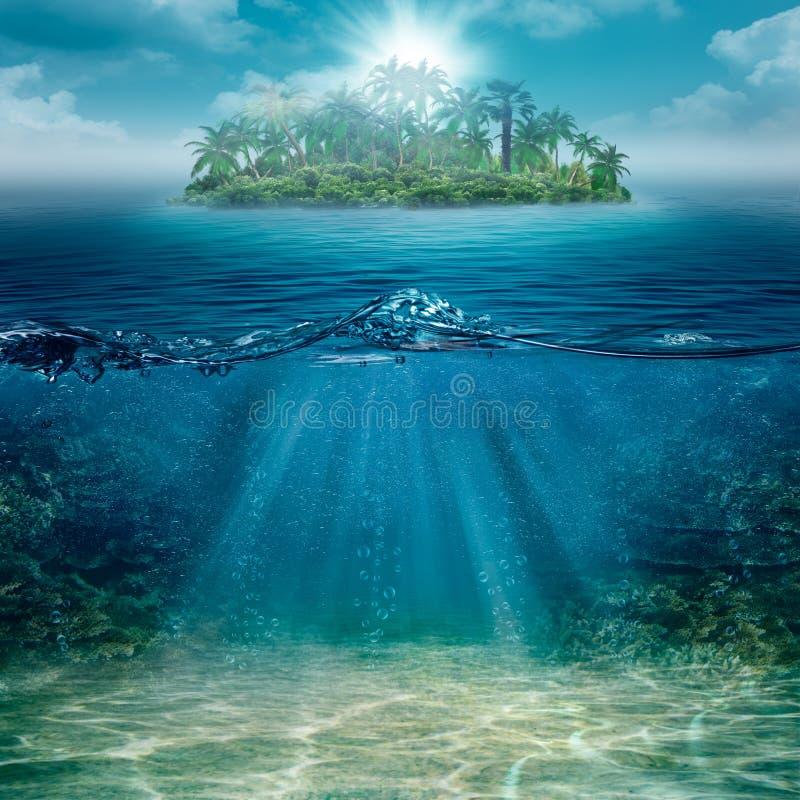 Alleen eiland in de oceaan stock foto