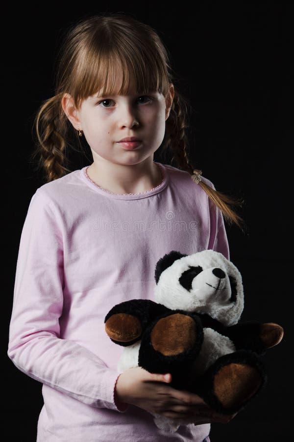 Alleen met haar teddybeer stock afbeeldingen
