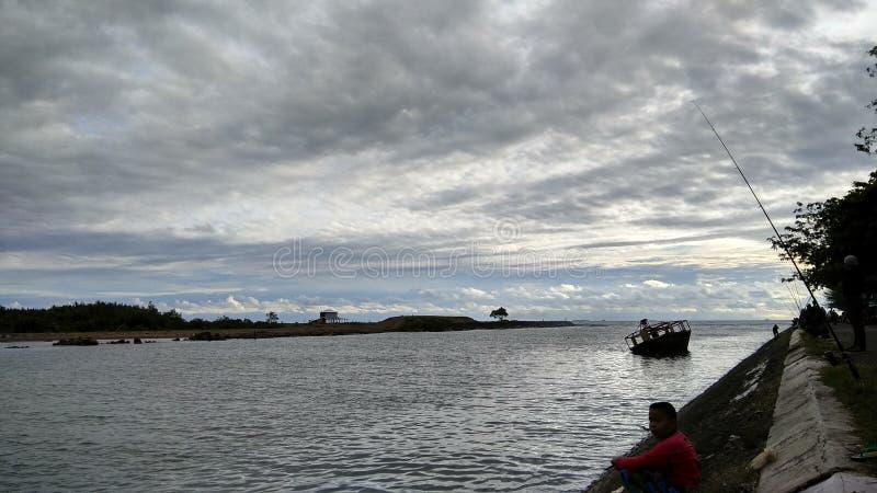 Alleen vissend bij de grote rivier royalty-vrije stock foto's
