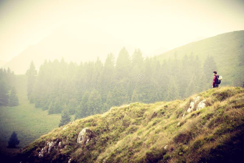 Alleen vrouw in bergen royalty-vrije stock foto