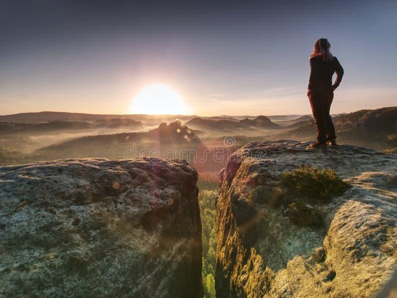 Alleen wandelaarmodel in wilde aard binnen prachtige zonsopgang stock foto