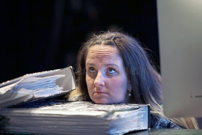 Alleen werkend in bureau met heel wat documenten Het schreeuwen en het gillen voor slechte resultaten royalty-vrije stock afbeeldingen