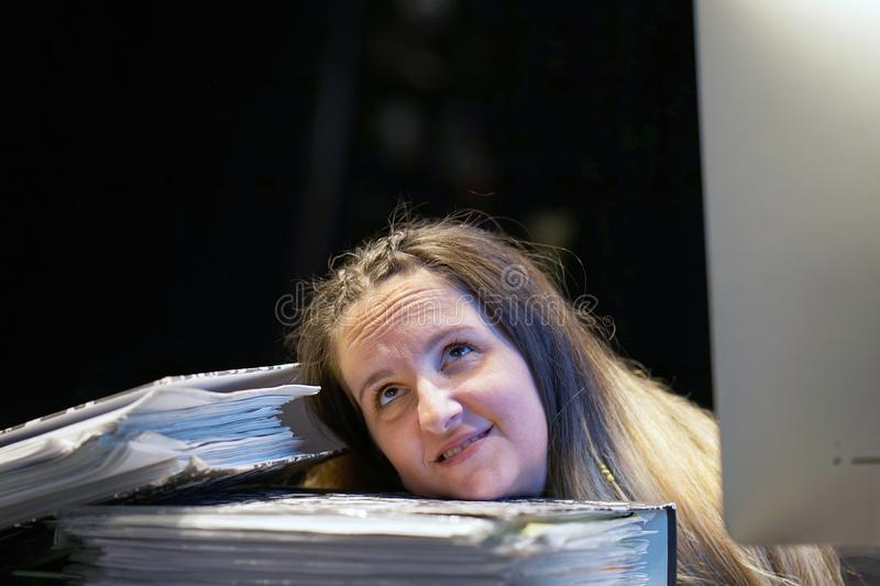 Alleen werkend in bureau met heel wat documenten Het schreeuwen en het gillen voor slechte resultaten stock afbeeldingen
