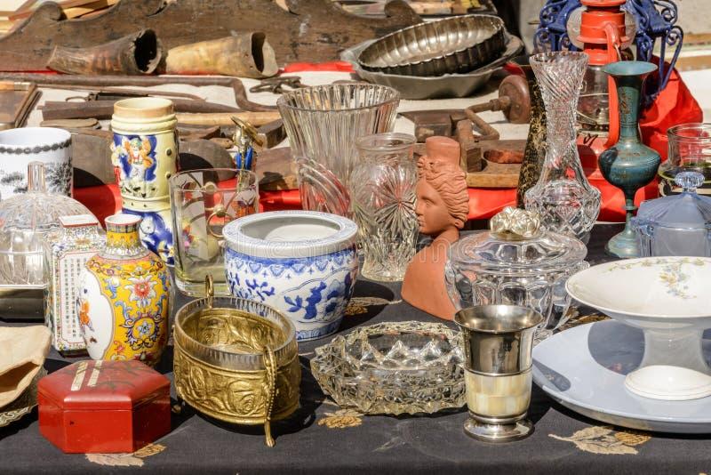 Allegaartje van knick-knack en trinkets op verkoop bij straatmarkt, CH royalty-vrije stock fotografie