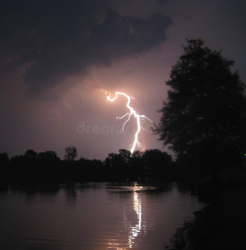 Alleggerendo sopra il lago immagine stock