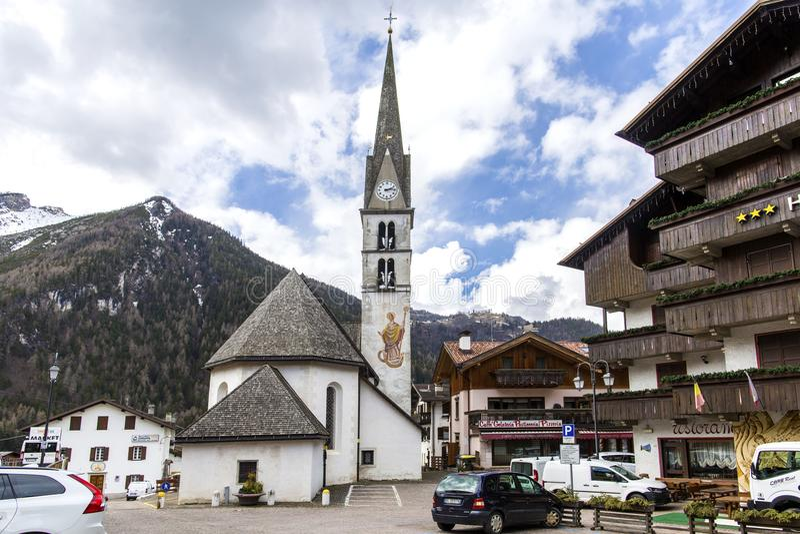 Alleghe, Belluno, Italia 5 aprile 2018: un paesino di montagna affascinante situato in una regolazione naturale unica che trascur fotografia stock