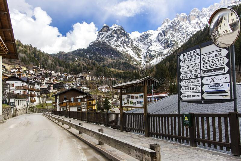 Alleghe, Belluno, Italia 5 aprile 2018: un paesino di montagna affascinante situato in una regolazione naturale unica che trascur immagine stock libera da diritti