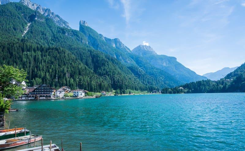 Alleghe, Belluno, Italia: un pueblo de montaña encantador situado en un ajuste natural único que pasa por alto su lago fascinador fotografía de archivo libre de regalías