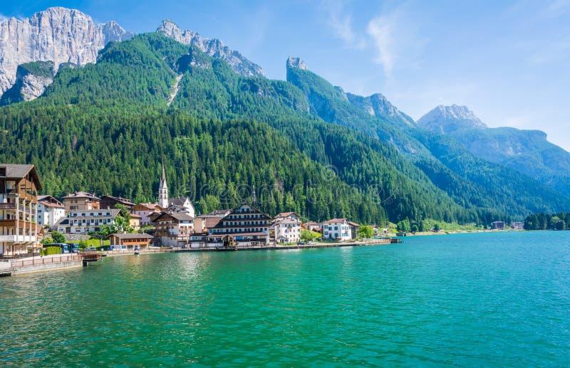 Alleghe, Belluno, Italia: un pueblo de montaña encantador situado en un ajuste natural único que pasa por alto su lago fascinador imágenes de archivo libres de regalías