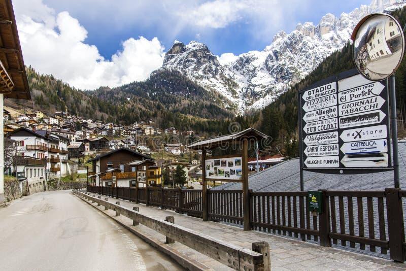 Alleghe, Belluno, Italy 5 2018 Kwiecień: powabna górska wioska lokalizować w unikalnym naturalnym położeniu przegapia swój zafasc obraz royalty free
