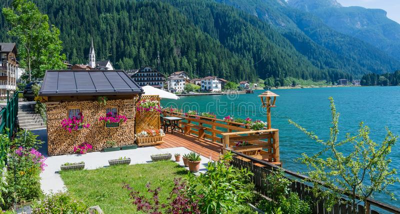 Alleghe, Belluno, Italy: powabna górska wioska lokalizować w unikalnym naturalnym położeniu przegapia swój fascynującego jezioro  zdjęcia royalty free