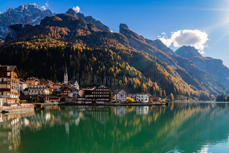 ` Alleghe, Tyrol, Italie du lac d image libre de droits